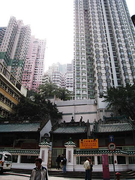 被香港四處有的高樓們包圍的文武廟