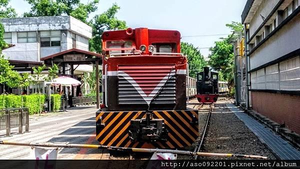 2016121819火車站前的兩列車頭