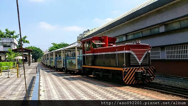2016121822火車進站準備上車