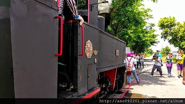 2016121856遊客與火車頭拍照