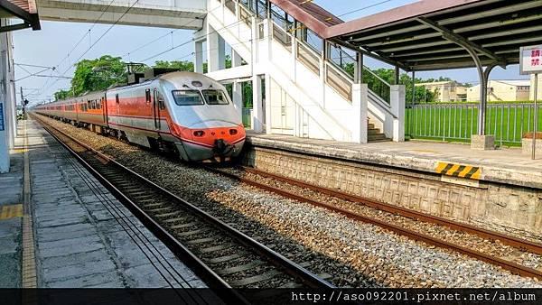 2016122523自強號列車停靠石龜車站