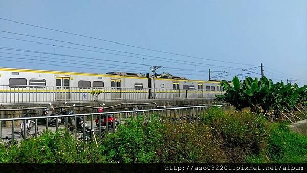 2016122525一列電車正停靠南下月台
