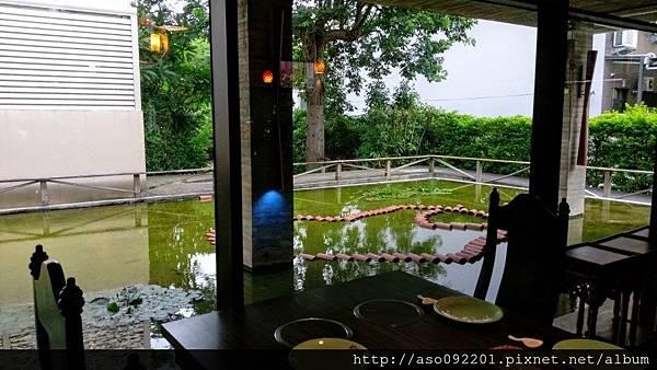 2017010604面對庭園水池的餐桌