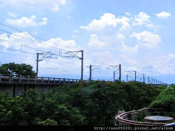 2017011309一旁平行的鐵路橋