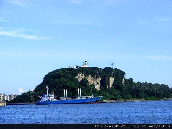 2017011516藍色船穿過旗後山下