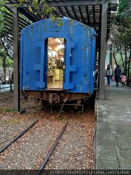 2017061808舊火車改造成的商店