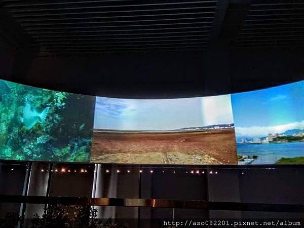 2018030121參觀動線上的曲屏螢幕2