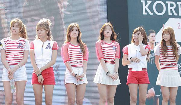 Apink_at_the_NBA_3X_Korea_event,_Yeoeuido_park,_Seoul,_in_August_2013