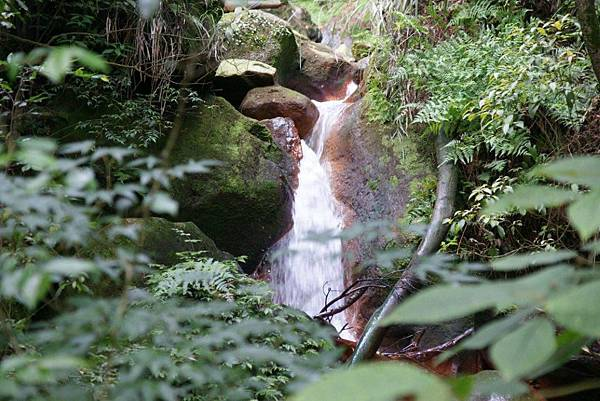 絹絲瀑布下的紅褐色岩石3.JPG