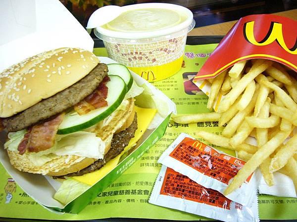 【麥當勞Mcdonalds NO.1】培根季~意想不到的美味推薦@田園培根雙牛堡2.JPG