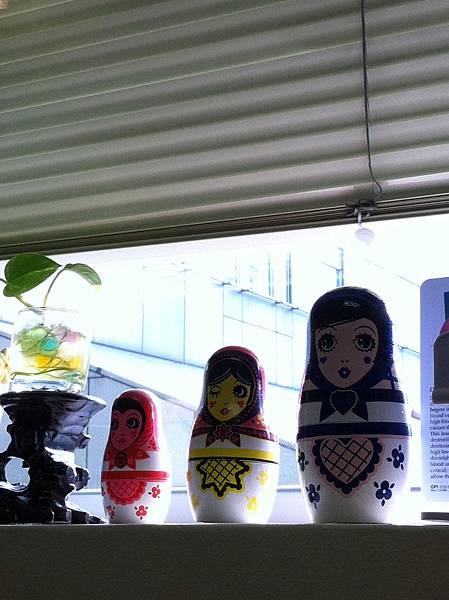 辦公桌前的娃娃