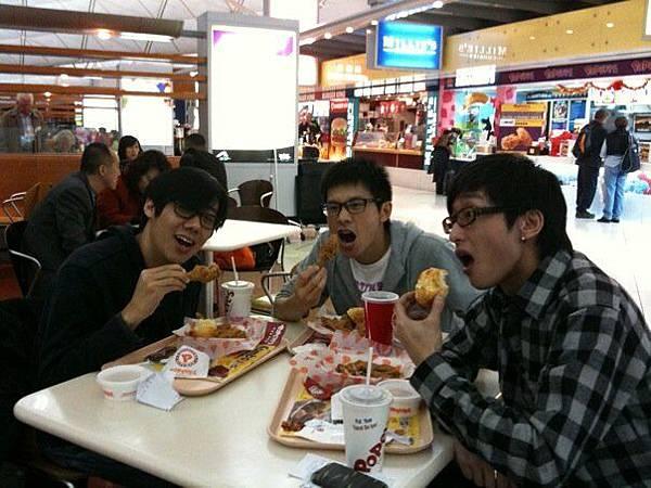 到香港機場大吃炸雞的導演及淳耀與宇綸!