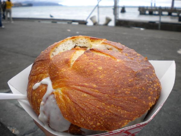 來到漁人碼頭一定要吃得酸麵包濃湯囉!