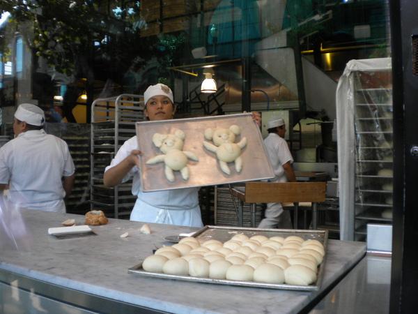 示範做大雄麵包
