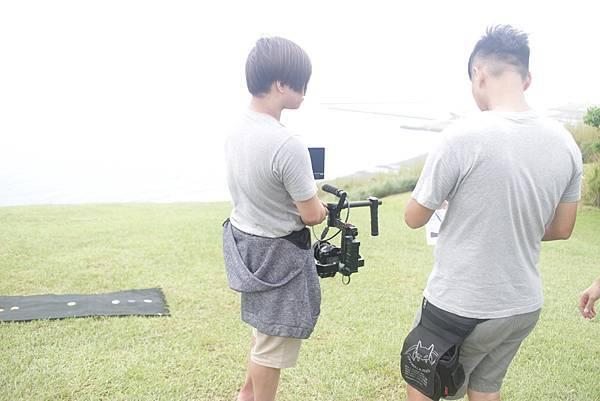 攝影助理幫攝影師拿攝影機,讓攝影師看接下來需要拍攝的畫面.JPG