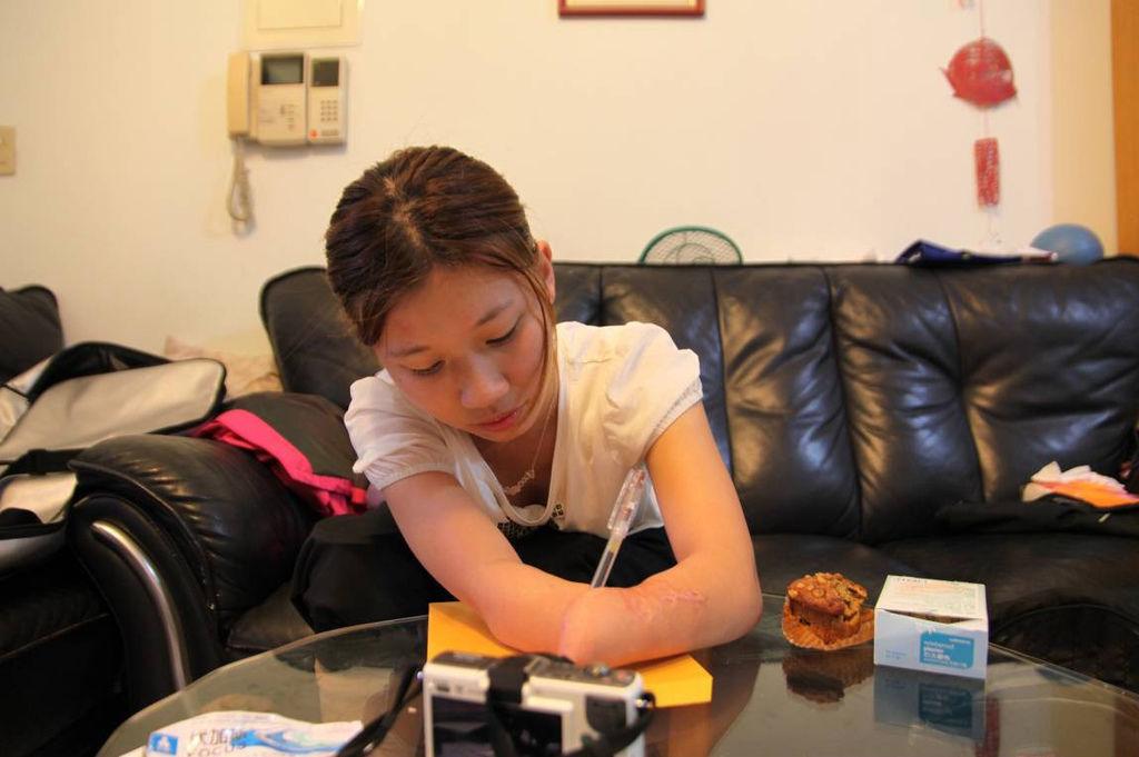 韋齊細心的寫著卡片,感謝為她安排雪山型成的小黑與明翰