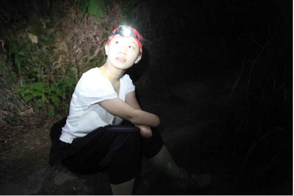 戴上頭燈繼續往七卡山莊前進