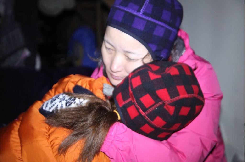 因為自己的努力與大家的協助,韋齊感動得抱媽媽哭了起來