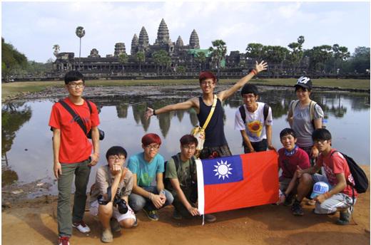 送書到柬埔寨團隊與吳哥窟合影