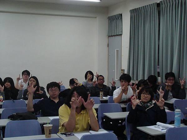 同學們一起做出操偶的手勢