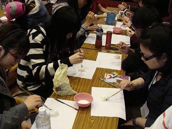 同學們專注上漆