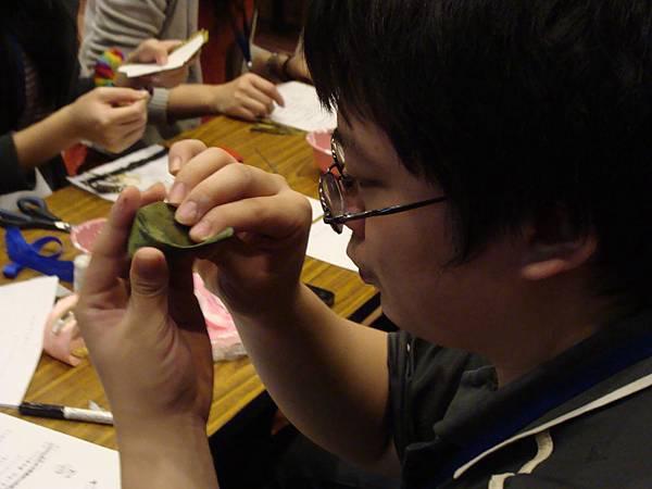 同學專注製作頭飾