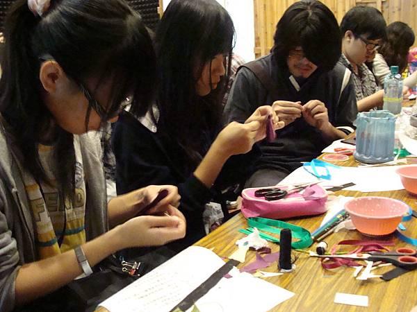 同學們專注製作頭飾