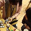同學們領取顏料
