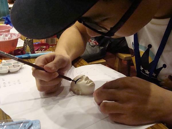 同學專注彩繪頭飾