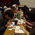 同學們專注彩繪頭飾