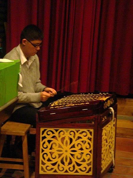 老師彈奏揚琴