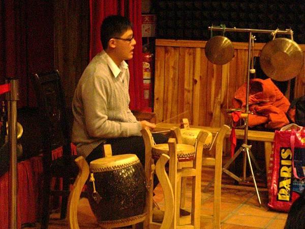 老師演奏單皮鼓