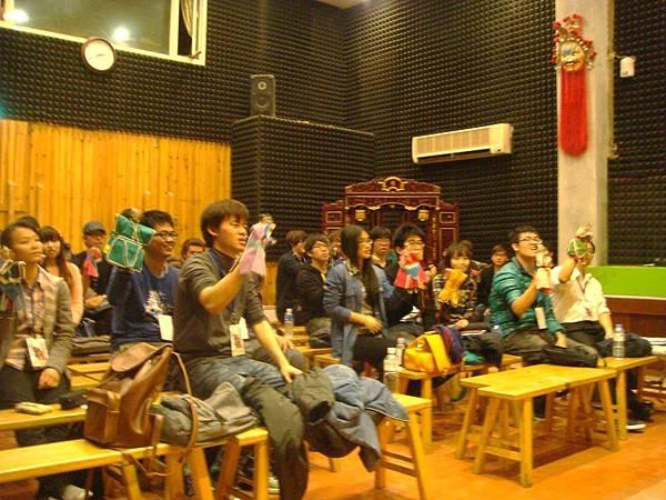 同學練習布袋戲偶動作