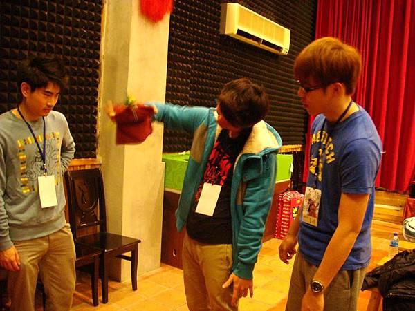 同學練習布袋戲偶