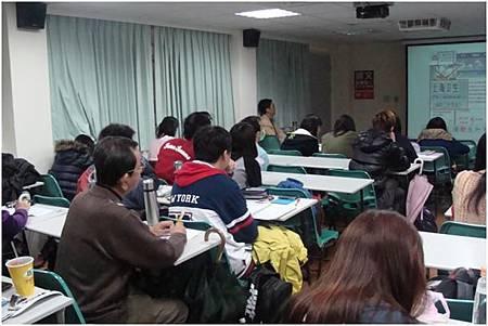 專心聽講的學生與老師.JPG