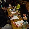 同學在專心做布袋戲偶帽子01.JPG