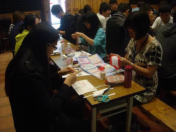 同學在專心做布袋戲偶帽子02.JPG