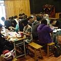 同學在專心做布袋戲偶帽子03.JPG