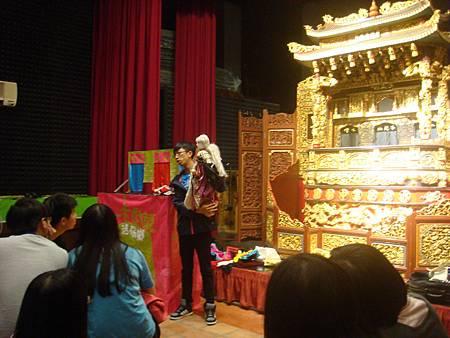 小老師在示範大型戲偶.JPG