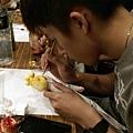 同學在彩繪布袋戲偶01.jpg
