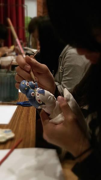 同學在彩繪布袋戲偶02.jpg