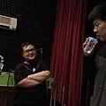 劉昭宏老師以水瓶讓同學示範.jpg