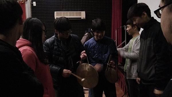 劉昭宏老師教導同學樂器02.jpg