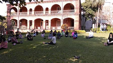 助教帶學生到戶外做暖身運動01