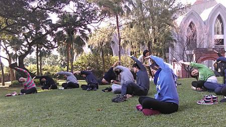 助教帶學生到戶外做暖身運動04
