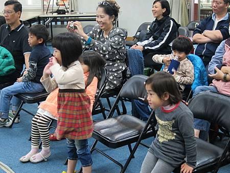 小觀眾看到興奮地都站起來了
