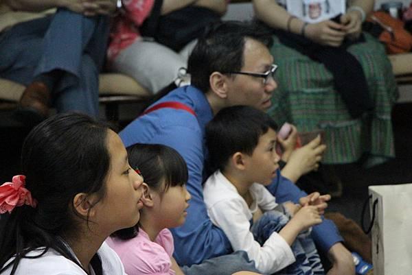 大人小孩都專心聽故事