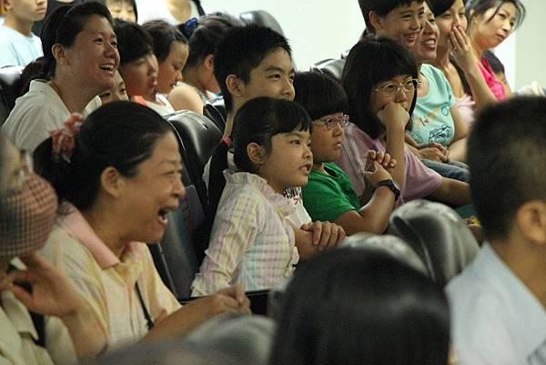 專注又開心的觀眾