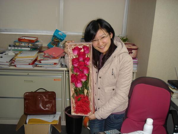 鮮花擺在凌亂的辦公室 > <
