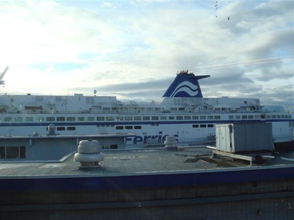 船身~超大一隻,可載上千人,還可載車過去,開車旅遊挺方便
